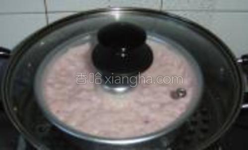 冷水入锅,放上发酵好的糕准备蒸。