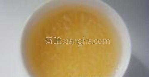 小米淘洗干净用清水浸泡(晚上睡觉前把米泡上,早上做粥比较省时间)