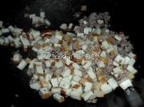 肉末变色后倒入香干炒一会儿。