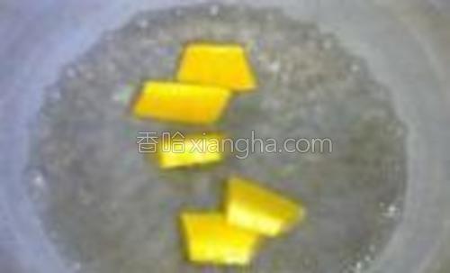 南瓜切片放入开水锅里煮至筷子能戳透。