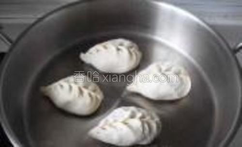 取平底锅一口,擦干,锅里倒入少许花生油,将包好的包子生坯整齐放入,再加上一小饭碗水,加盖,中火。