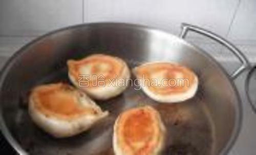 锅里水汽烧干,包子底部烙出金黄色锅巴时,翻面把顶部稍微煎一下,上色即可出锅。