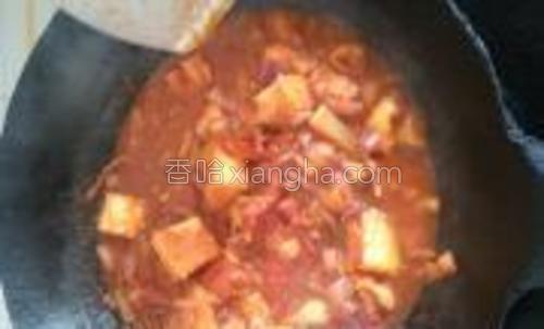 放入面包、番茄酱、肉酱,煮开,直到面包都吸入酱汁;