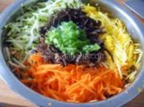 西葫芦和胡萝卜用擦子擦成丝,木耳切成细丝,葱切成末备用。
