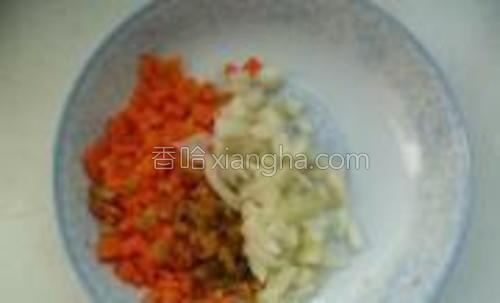 把胡萝卜、榨菜、洋葱切成丁备用,大小相当于玉米粒大小。家里如果有现成玉米粒就加上点。