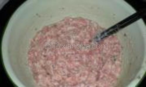 猪绞肉加水、盐、料酒、淀粉等搅拌均匀后,往一个方向搅至上劲