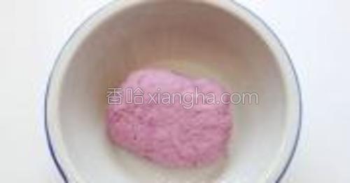 混合好后的紫薯面,加入余下的牛奶和成紫薯面团。