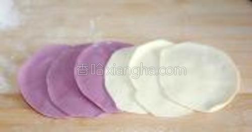 首先取3块紫色面团擀成圆型,再取3块白色的面团擀成圆型。