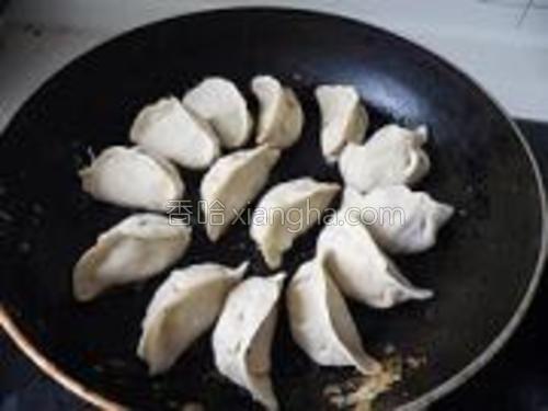 煎锅放油,烧3成热即可放入饺子。