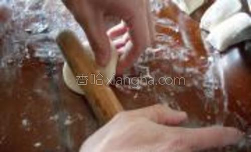 用擀面杖擀成中间厚四周薄的面皮