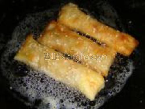 芝麻卷下油锅炸。