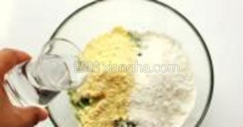 水中放入盐,一点一点的加入面粉中。
