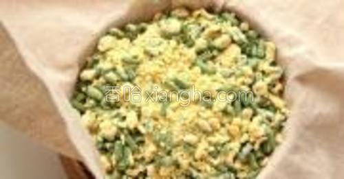 搅拌好的菜和面放入笼屉中,一层一层的撒上去。