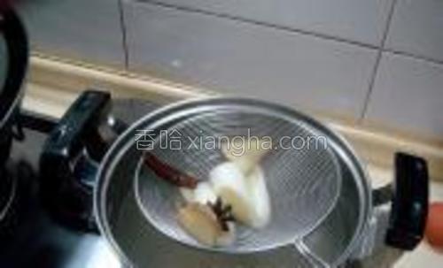 捞出肉后把葱姜等也捞出不要,用煮肉的汤打卤。