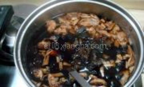 里面再放入黄花、木耳和松茸蘑煮开搅匀,汤开大约煮5分钟即可。