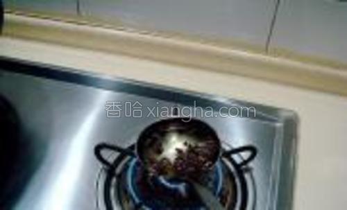 放入瓜片后关火,用手勺炸花椒油。