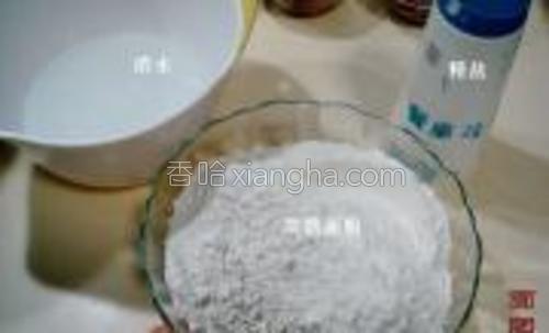 面条原料;高筋面粉500克、盐3克、鸡蛋1枚、清水适量。