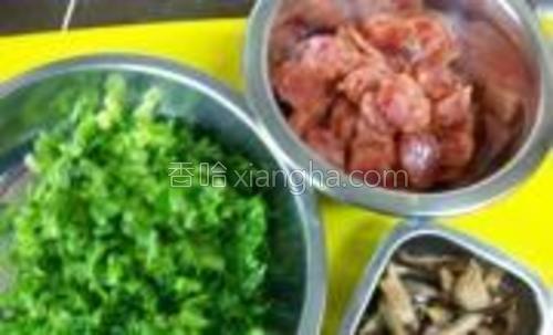 腊肠切薄片,冬菇泡软切丝,芥菜洗净切末,备用。