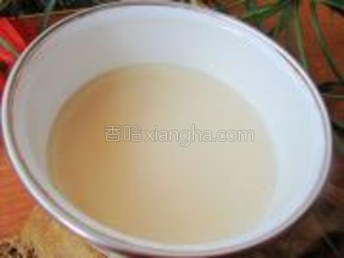 这是猪油凉后的样子,白白的。直接拌入粘米饭中,或者炒菜都很好吃,只是血脂高的人不宜多吃或者尽量不吃。