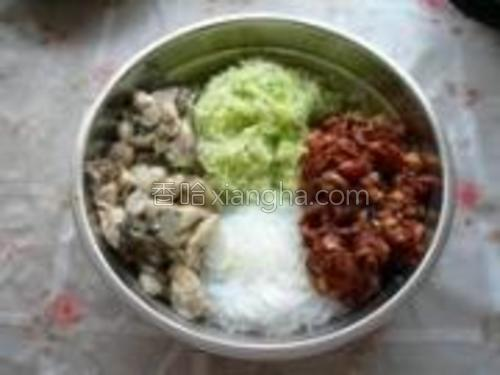 把剁好的萝卜丝、肉馅、粉丝、牡蛎放到一个干净的盆里。