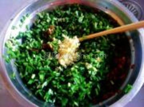 将韭菜末、葱姜末一起加入腌制的肉馅中。