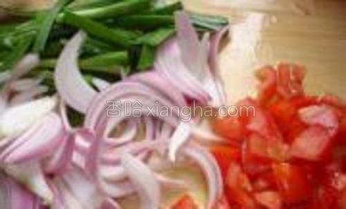 干螺旋意粉先用水煮4~6分钟,软硬视自己口味喜欢,捞出篱干。番茄切粒,洋葱、韭菜切条