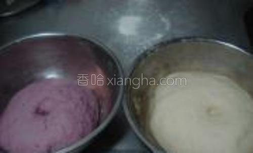 面团发酵至2倍大,用手指在中间戳个洞,洞不会回缩即可。