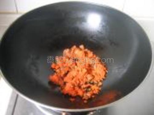 锅中少许油,煸炒胡萝卜和香菇末。
