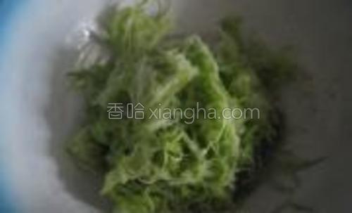 西葫芦擦成细丝,加适量的盐拌匀