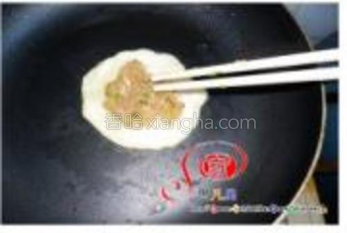 然后在夹些肉馅用筷子均匀拨散。