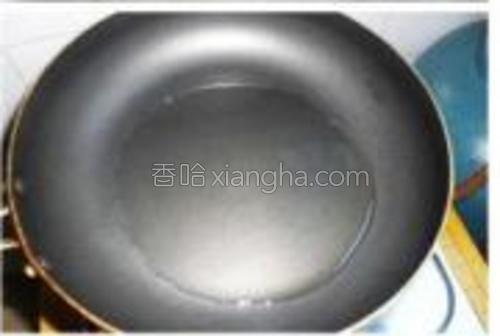 用平底煎锅烧热倒少许油。