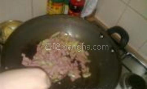 先炒洋葱然后把火腿一起倒入锅中炒。