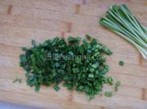 韭菜洗净沥水,切碎。