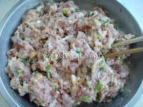 准备肉馅。