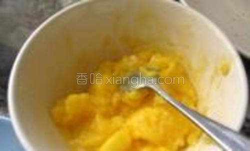 此时做奶黄馅,将所有奶黄材料混合,微波炉高火4分钟,每半分钟拿出来搅拌即可。
