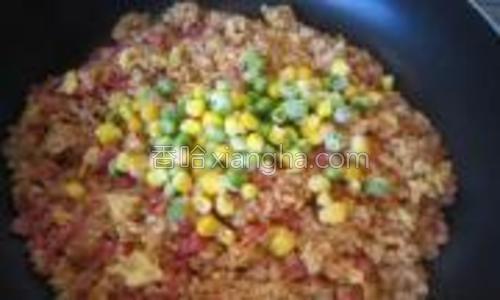 倒入焯好的嫩玉米和豌豆。