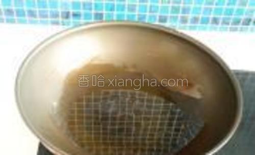 热锅下油。