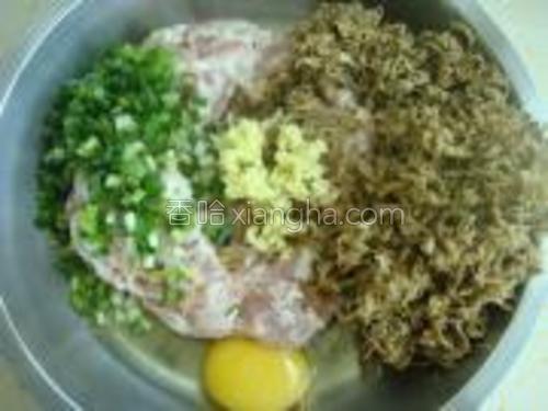 猪肉剁碎.葱,姜切碎,再加入一个鸡蛋到猪肉泥中。