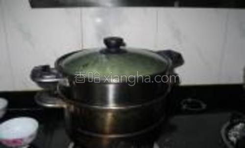市场可以买到新鲜的机械压出来的湿面条,用植物油拌一拌,确定面条上多少都有点油了,铺在有纱布垫底的蒸锅里蒸20分钟