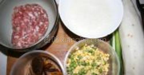 准备所有的食材:五花肉陷一斤,胡萝卜半个,白萝卜一个,玉米粒一把,豌豆一把,干香菇三个,鸡蛋一个,葱姜蒜,淀粉一碗,花椒水一碗糯米一碗