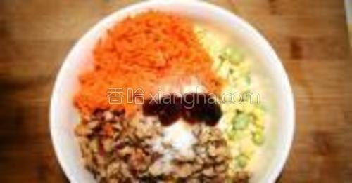 胡萝卜擦丝,泡好的香菇切碎,玉米切碎,豌豆,糯米,放入耗油,咸盐,鸡精,生抽,香油。