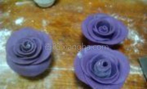 每片都围绕着花心贴好,玫瑰花就做好了。