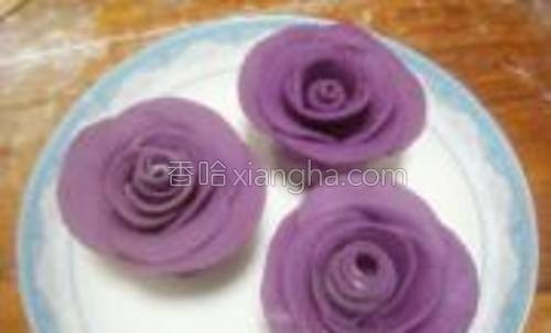 取一个盘子,把做好的玫瑰花均匀的放到盘子中间。