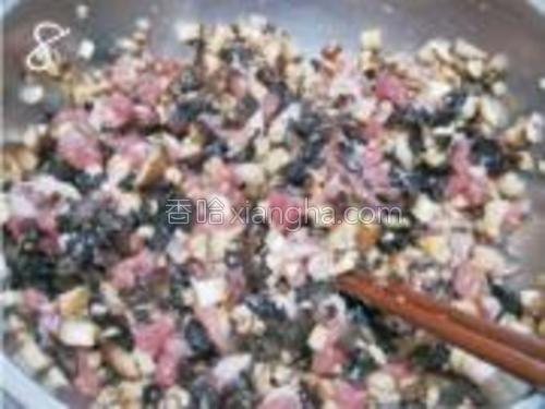 混合后的肉馅内加入盐,生抽,味精,五香粉,香油,蚝油拌匀。