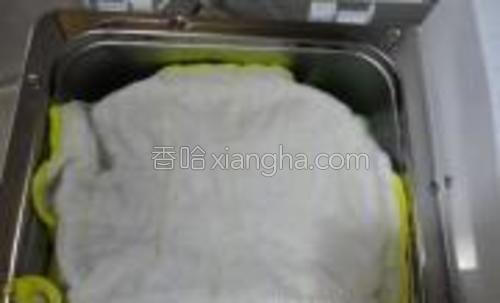 揉好后按发酵档,进行2个小时的发酵(盖上干净的湿布,以保持湿度)。
