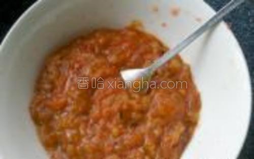 锅中放入黄油,先下洋葱丁炒至透明,再加入西红柿,最后放入盐、黑胡椒粉。