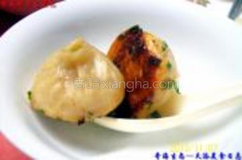 煎制的《榨菜鲜肉生煎包》成品食用图示一。