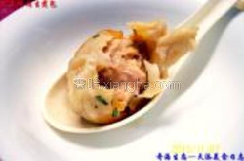 煎制的《榨菜鲜肉生煎包》成品食用图示二。