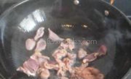 锅里油热,放下姜末,鸡胗,加料酒煸炒.