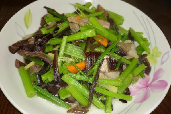 木耳炒芹菜的做法
